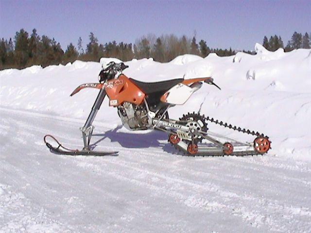 KTM vor Schneelandschaft
