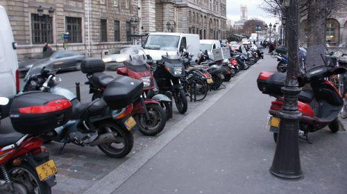 Motorradparkplatz vor Notre Dame