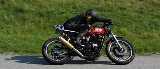 Auch eine betagte Yamaha XJ550 taugt noch für die Rennstrecke